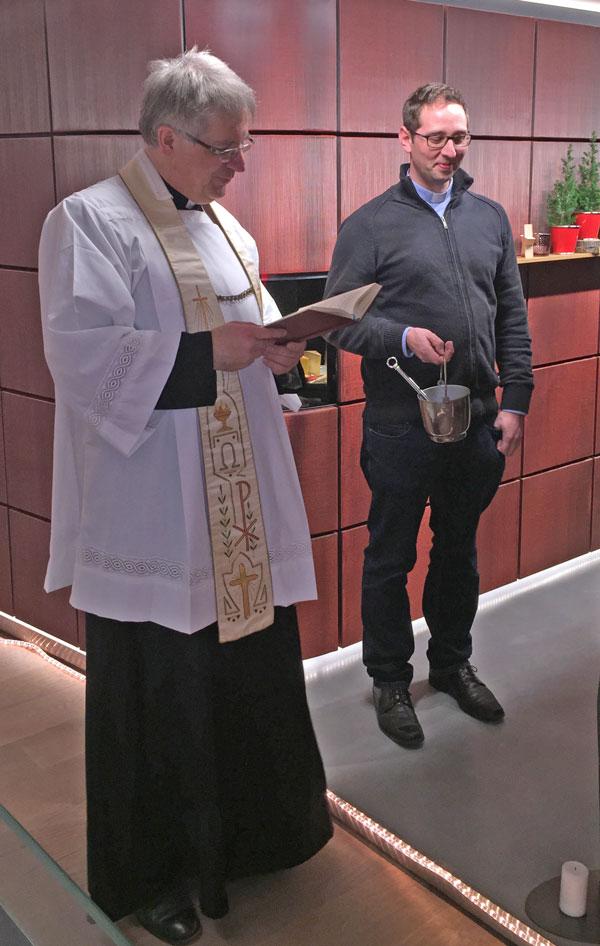 Pfarrer Lauer bei der Segnung unserer Vinothek